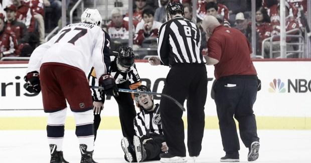 El linesman Steve Barton sufre lesiA?n en Playoffs de la NHL