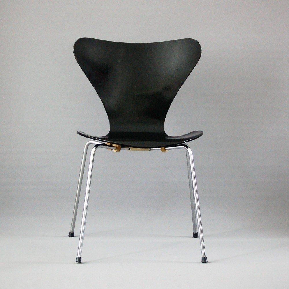 Model 3107 dinner chair by Arne Jacobsen for Fritz Hansen