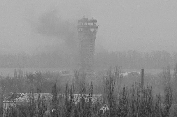 Так конструкция выглядела в ноябре прошлого года в дни интенсивных боев за аэропорт. Над вышкой развевается украинский флаг