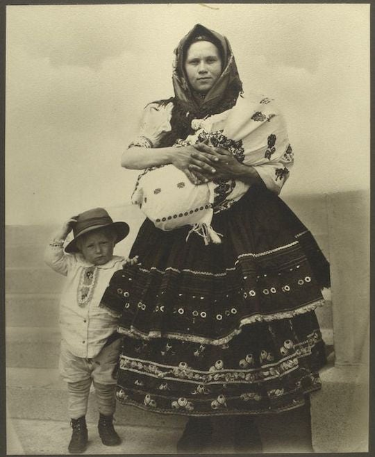 A Slovak woman and child. Portraits from Ellis Island, Augustus Sherman.
