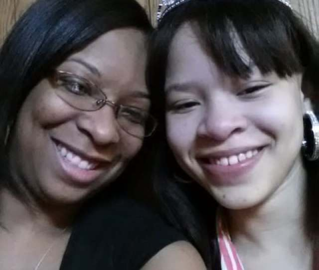 Yvonne Ambrose With Her Daughter Desiree Robinson 16 Robinson Was Found Dead In A Chicago Area Garage On Christmas Eve N A Family Photo
