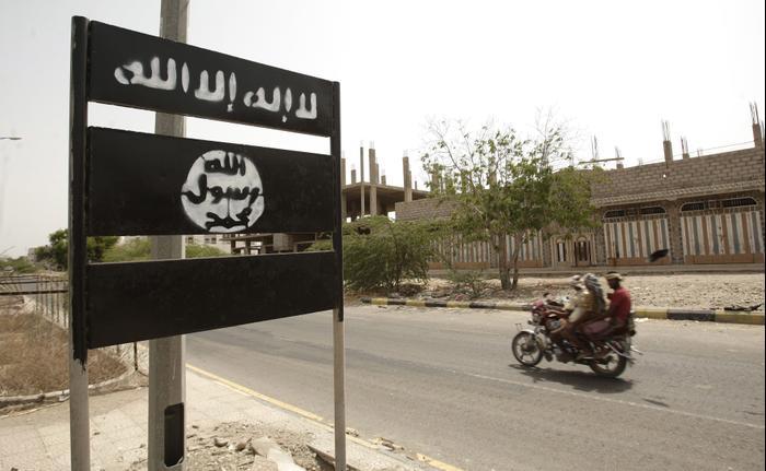 שלט של אל-קאעדה בעיירה בדרום תימן, 2012 (AP)