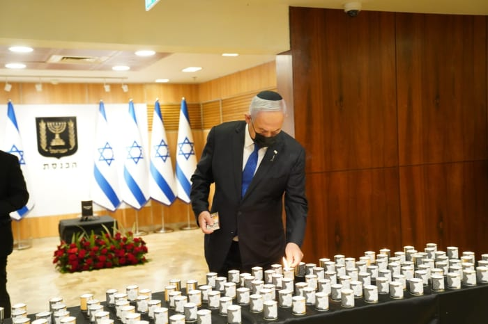 Le Premier ministre Benjamin Netanyahu a allumé une bougie lors de la cérémonie «Tout le monde a un nom» à la Knesset, le 8 avril 2021. Danny Shem Tov, porte-parole de la Knesset, site officiel