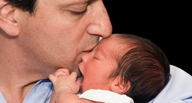photo du papa avec le nouveau-né