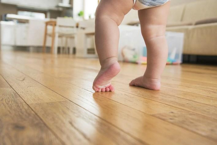 صورة للأطفال الأبوة والأمومة خطوات قدم الطفل