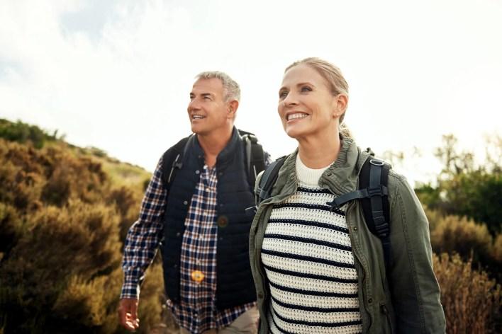 صورة زوجين ناضجة المشي لمسافات طويلة