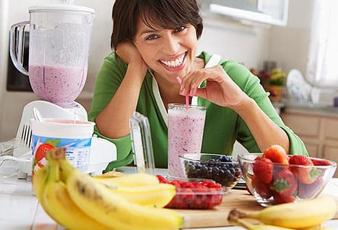 woman drinking fruit smoothie
