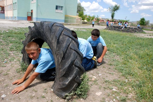 atık lastiklerden oyun bahçesi