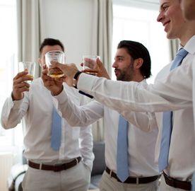 Familie und Trauzeugen auf der Hochzeit