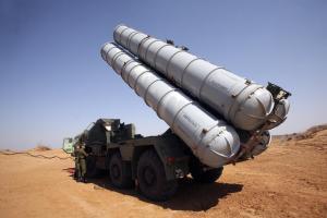O S-300 pode ser montado sobre camiões que operam como lançadores móveis.  A foto foi tirada durante um exercício do exército russo.
