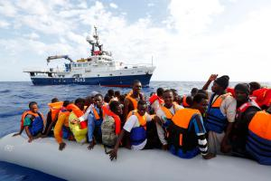 Flüchtlinge in einem Schlauchboot vor der italienische Insel Lampedusa. Zwar wurde gewarnt, dass auch Terroristen über das Mittelmeer nach Europa gelangen könnten. Aber dafür gibt es bisher keine stichhaltigen Beweise. IS-Anhänger scheinen andere Wege zu nutzen, um Westeuropa zu erreichen