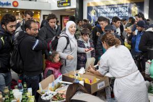 In Malmö kommen viele Flüchtlinge an, freiwillige Helfer versorgen sie mit Essen