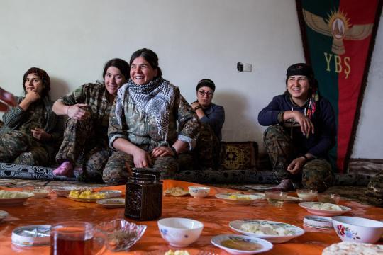 Jesidinnen im Hauptquartier der Fraueneinheit YBS in Kerse frühstücken gemeinsam. In dieser Militärbasis wohnen die Frauen, wenn sie nicht an der Front gegen den IS kämpfen