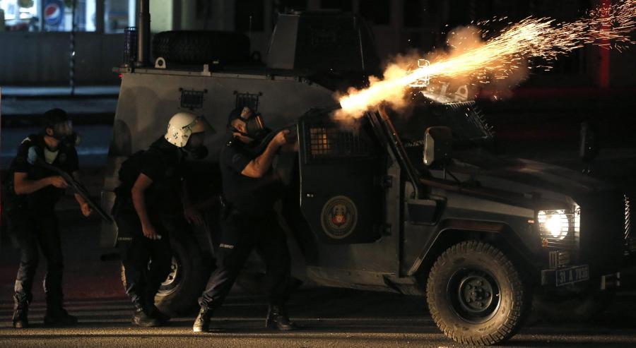 Türkische Polizisten feuern in Hatay Tränengas in eine Gruppe von Demonstranten, die des getöteten Aktivisten Ahmet Atakan gedenken