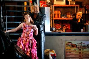 """Szene aus der """"Götterdämmerung"""": Allison Oakes (Gutrune) und Attila Jun (Hagen). Beim Publikum fiel die Inszenierung durch"""