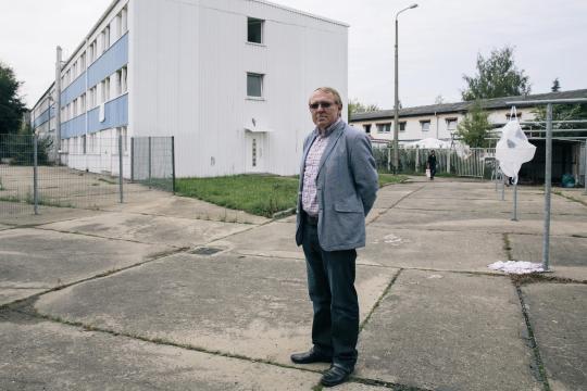 <br /> Der Ex-Stasi-Offizier Wilfried Pohl vor seinem Asylbewerberheim in Radebeul bei Dresden.<br />