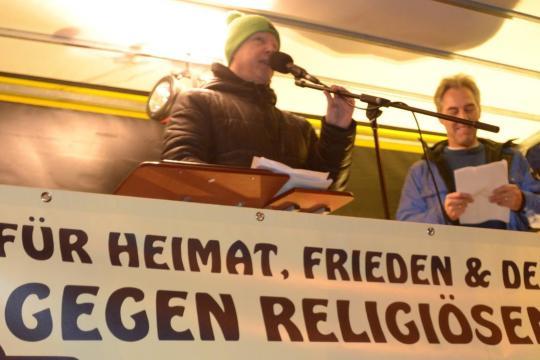 Legida-Versammlungsleiter Silvio Rösler (l.) spricht am 12. Januar beim ersten Aufmarsch des Leipziger Pegida-Ablegers