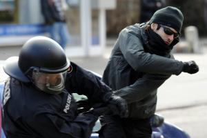 https://i0.wp.com/img.welt.de/img/hamburg/crop111796732/6799846485-ci3x2s-w300/Attacke-auf-Polizisten.jpg