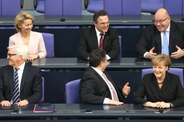 Die große Koalition scheint mit ihren Schritten in der Steuerpolitik zufrieden zu sein. Hier im Bundestag (von links nach rechts): Außenminister Frank-Walter Steinmeier (SPD), Bundeswirtschaftsminister Sigmar Gabriel (SPD), Bundeskanzlerin Angela Merkel (CDU), Verteidigungsministerin Ursula von der Leyen (CDU, hinten), Landwirtschaftsminister Hans-Peter Friedrich (CSU) und Kanzleramtsminister Peter Altmaier (CDU)