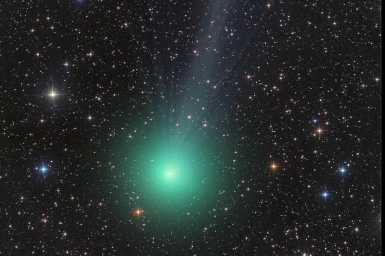 <br /><br /> Wie eine riesige kosmische Weihnachtskugel rast Komet Lovejoy C/2014 Q2 durch den Weltraum. Am 7. Januar kommt er auf seiner Bahn um die Sonne auf 70 Millionen Kilometer an die Erde heran. Er ist in klaren Nächten mit dem bloßen Auge sichtbar</p><br /> <p>