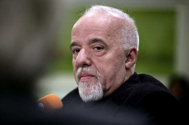 <br /><br /><br /><br /> Paulo Coelho ist bestens vernetzt mit Entscheidungsträgern aus Politik und Wirtschaft. Bei Literaturkritikern ist er eher umstritten<br /><br /><br /><br />