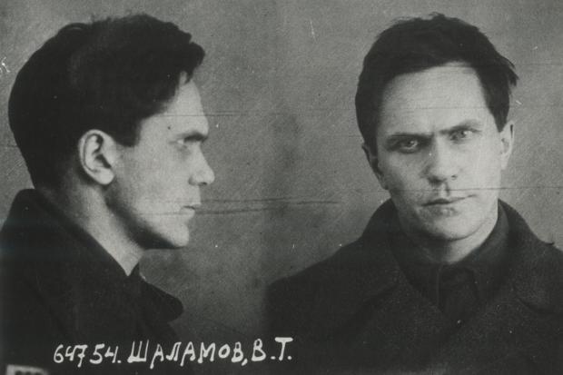 Der Schrecken des Stalinismus, ins Gesicht geschrieben. Ein Foto von Warlam Schalamow aus der Prozessakte im Jahr 1936