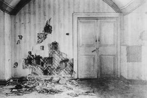 Die Wand im Ipatjewschen Haus in Jekaterinburg: Vor ihr musste die Zarenfamilie sich aufstellen und sich Bajonetten und Schüssen niedermetzeln lassen. Die Ermordung fand am 17. Juli 1918 frühmorgens statt.