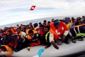 Flüchtlinge in einem Boot im Mittelmeer