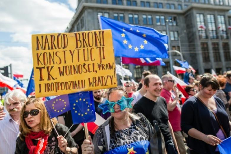 Demonstranten fordern einen EU-freundlichen Kurs Polens