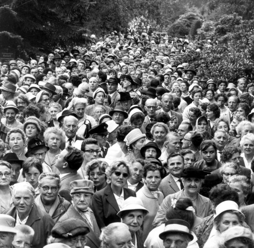 Thousands crowd at the funeral of Hans Albers in the Ohlsdorf cemetery in Hamburg