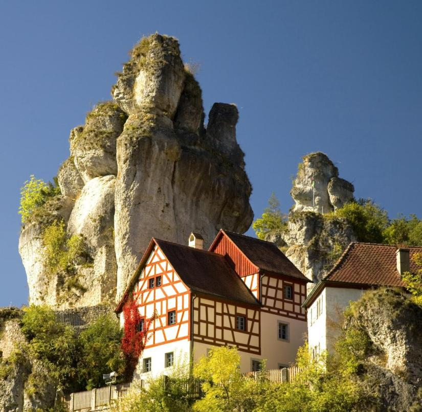 Franconian Switzerland (Bavaria): In addition to the old half-timbered house in Tüchersfeld, a Jura rock juts out into the air