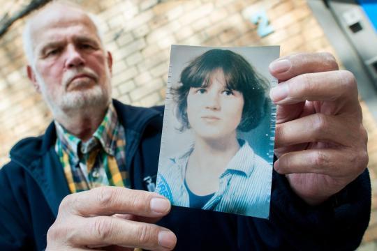 Hans von Möhlmann hält ein Foto seiner 1981 ermordeten Tochter Frederike in den Händen. Die Entscheidung im Zivilprozess um Klage auf Schmerzensgeld nach dem ungesühnten Mord an der 17-Jährigen ist zu seinen Ungunsten gefallen