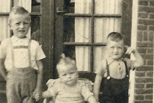 Drei Brüder, der jüngste ging verloren: Rolf, Dieter (im Kinderwagen) und Helmut Lorenz (v.l.)