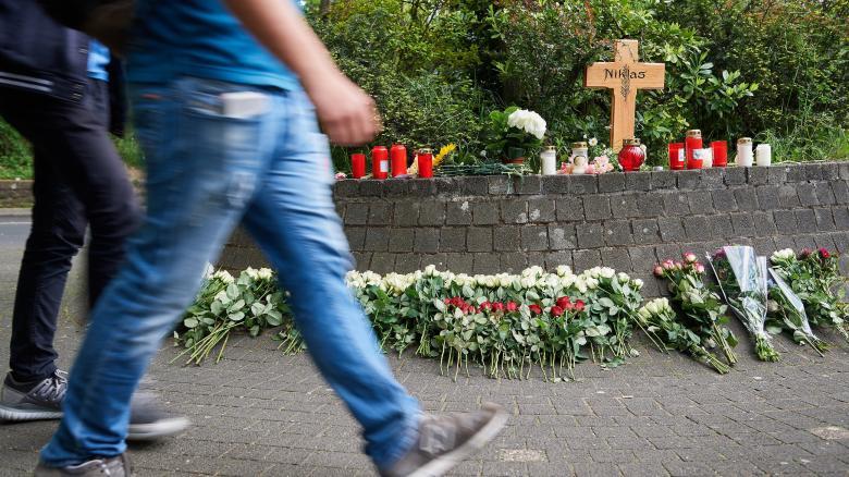 Ein Kreuz und niedergelegte Blumen an der Stelle, an der der nun verstorbene Niklas P. (17) von Schlägern attackiert wurde