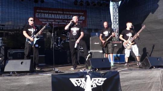 """Die Nazi-Band """"Heiliges Reich"""" bei einem Konzert."""