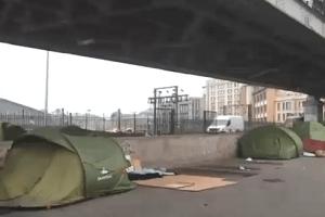 Flüchtlinge zelten unter der Metrostation