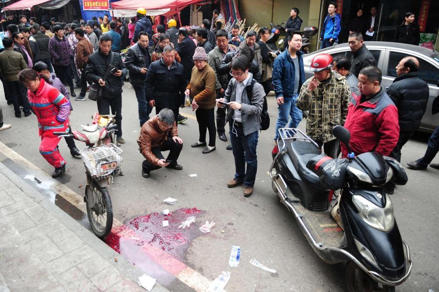 Blut auf dem Trottoir: Mit Messern bewaffnete Angreifer haben auf einem Markt im Süden Chinas fünf Menschen getötet. Einer der Täter wurde von der Polizei erschossen