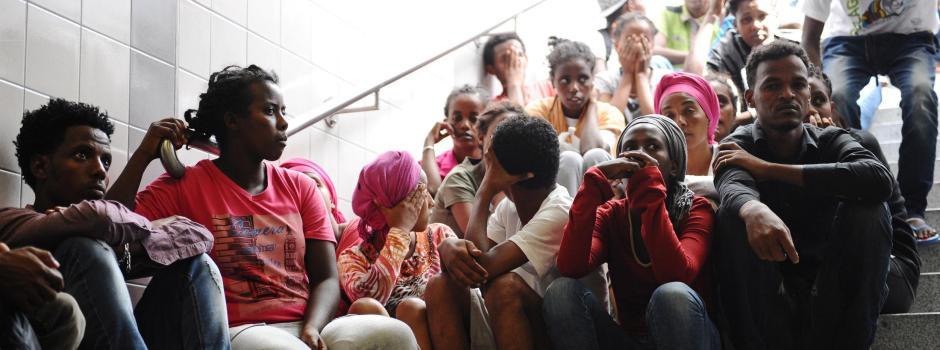 Refugiados de diversos países esperar por uma escada na estação de trem em Rosenheim (Baviera) à espera de ser registrada