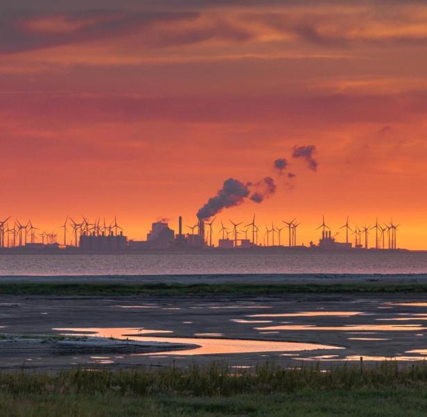 Das RWE-Kraftwerk im niederländischen Eemshaven, umgeben von Windrädern