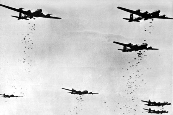 """Erst mit dem Einsatz der neuen Bomber vom Typ B-29 """"Superfortress"""" wurde es der US Air Force möglich, viele Ziele in Japan zu erreichen. Zunächst versuchte man es mit Präzisionsangriffen. Das Foto zeigt B-29 über Yokohama Ende 1944."""