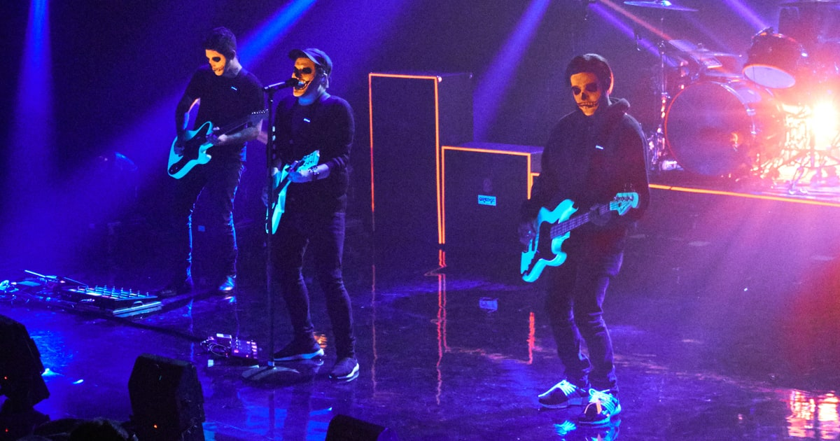 Mania Wallpaper Fall Out Boy Fall Out Boy Perform Hold Me Tight Or Don T On Corden