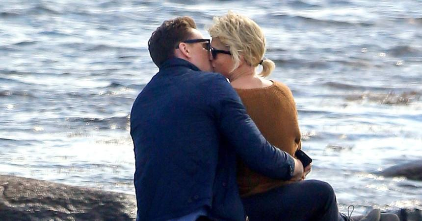 Taylor Swift and Tom Hiddleston kissing at Rhode Island beach back in June  hiddleswift