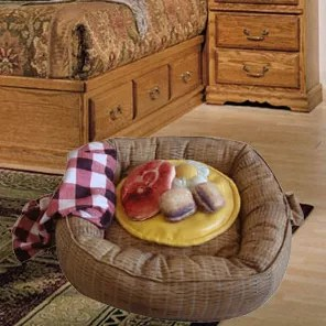 Picnic Basket Donut Dog Bed and Toys Set Size: Small (20
