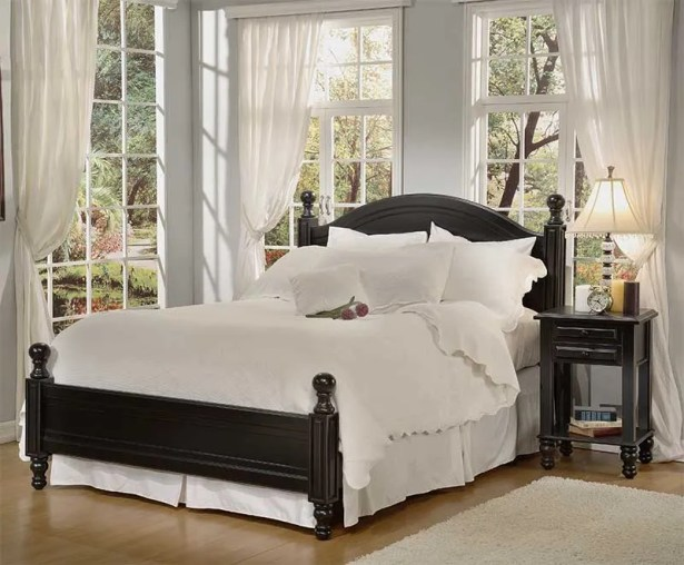 Monterey Panel Bed Size: Queen, Color: Distressed White