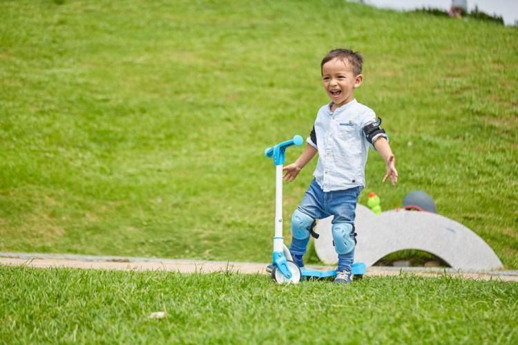 喬日記。第一次當小模-baby滑步車