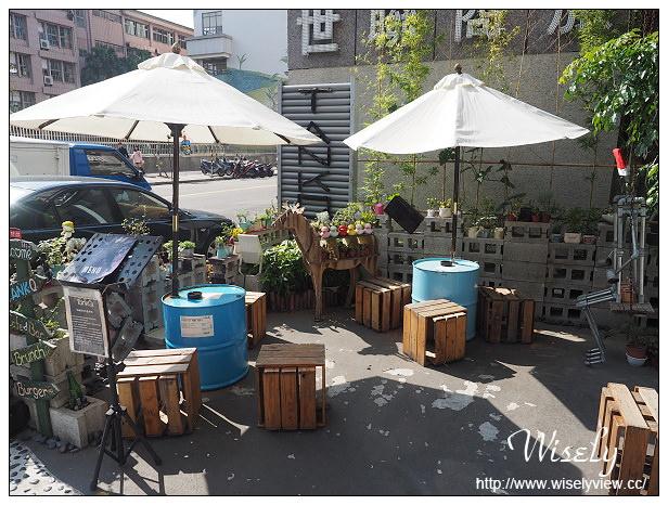 【食記】台北中山。捷運松江南京站:TankQ Café & Bar@美式工業風裝潢、手提箱餐點 & 動漫卡通公仔