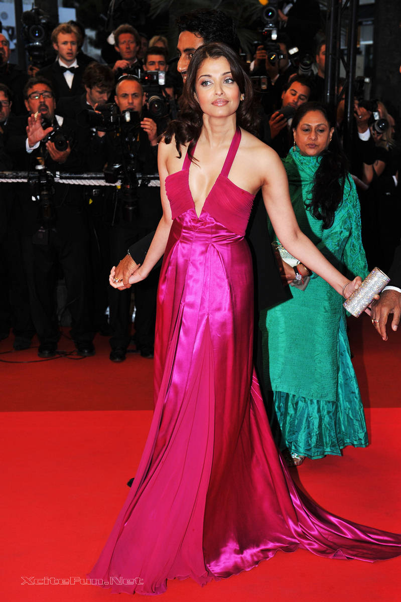 Aishwarya Rai Deep Cleavage Show at Cannes Film Festival  XciteFunnet