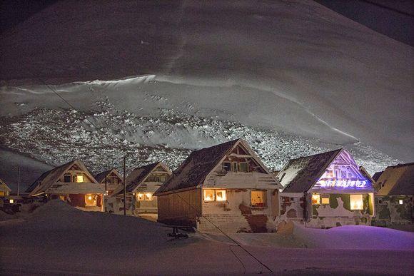 Taloja Norjan Longyearbyenissä evakuoinnin jälkeen 20. joulukuuta.