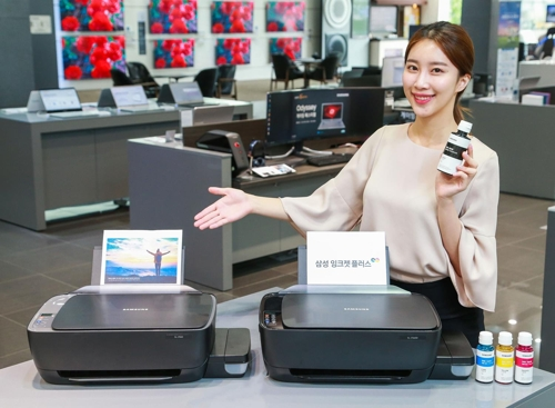 A model poses with the Samsung Inkjet Plus printers in this photo released by Samsung Electronics Co. on July 3, 2018. (Yonhap)