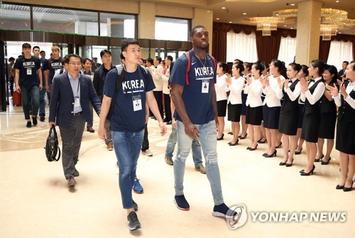 This photo taken on July 3, 2018, shows South Korean basketball players entering a hotel in Pyongyang, welcomed by hotel staff members. (Pool photo) (Yonhap)